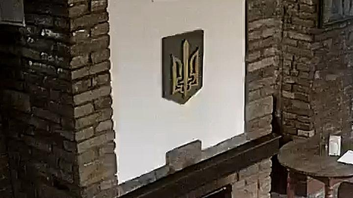 Вот так герб выглядел до преступления / Фото пресс-службы СБУ в Тернопольской области