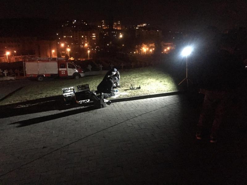 Невідомий предмет обстежують спеціалісти / фото city-adm.lviv.ua