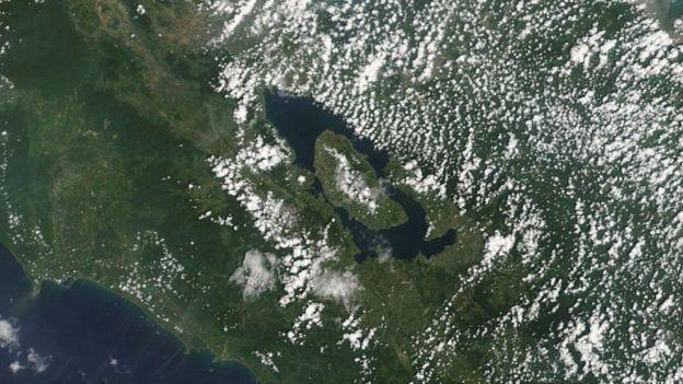На месте супервулкана сейчас находится озеро / фото NASA