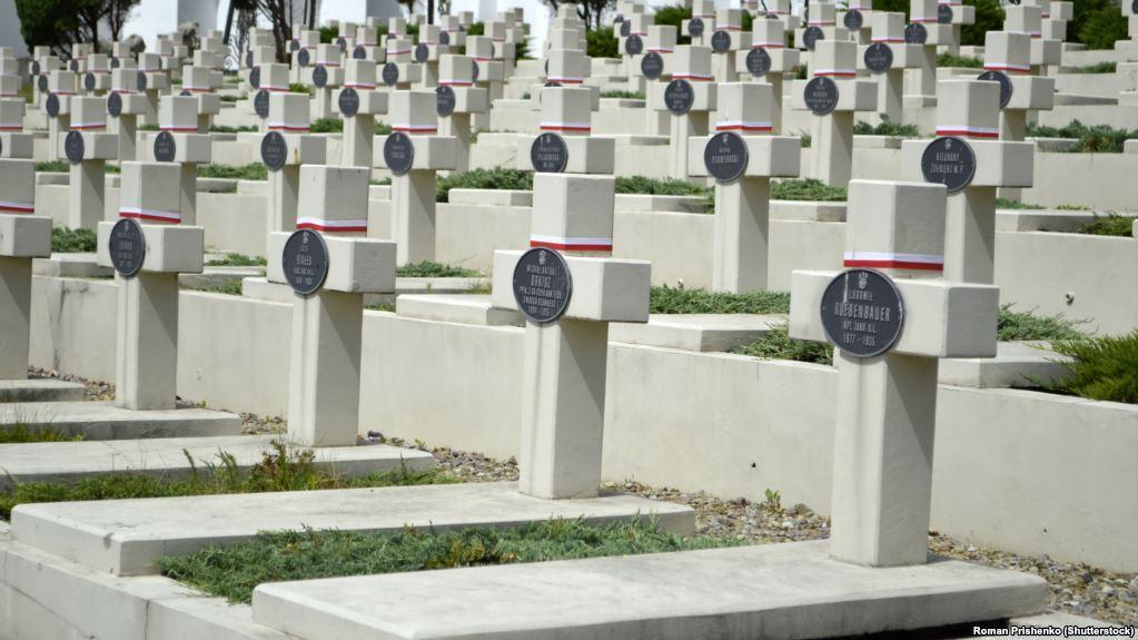 Поховання польських солдатів на Личаківському цвинтарі у Львові / radiosvoboda.org