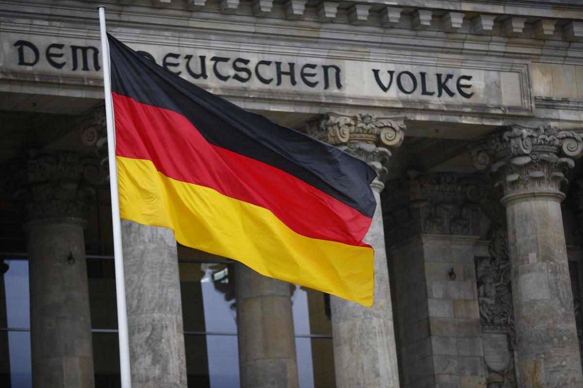 Прапор Німеччини на тлі Бундестагу, ілюстрація / REUTERS