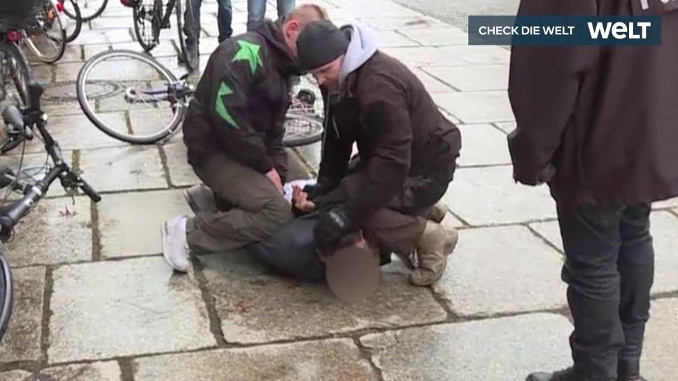 у Німеччині затримали чоловіка, який намагався напасти на Ангелу Меркель / икадр з відео WELT
