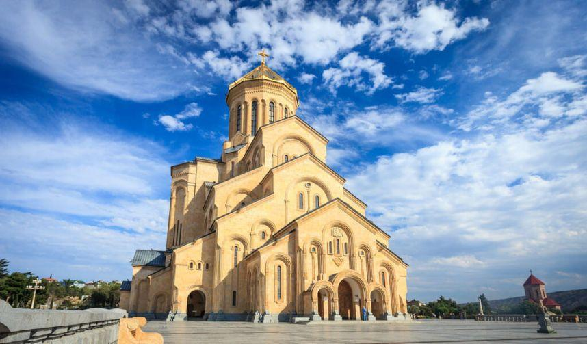 Кафедральный собор Святой Троицы в Тбилиси / v-georgia.com