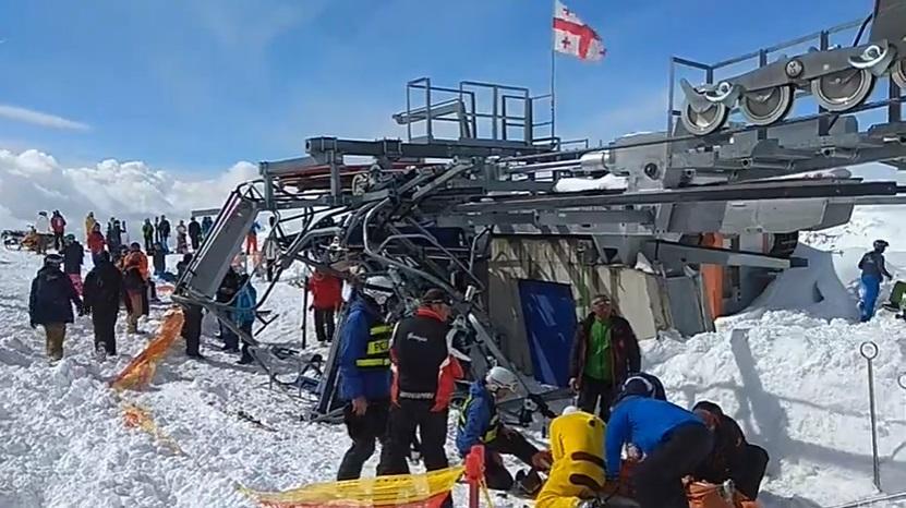 В результате выхода из строя канатной дороги на горнолыжном курорте Гудаури в Грузии пострадали 8 человек, один из них гражданин Украины. ВИДЕО