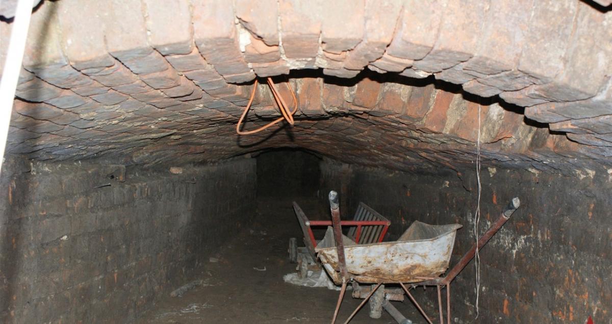Старинный погреб сейчас используется для хозяйственных нужд / vezha.vn.ua