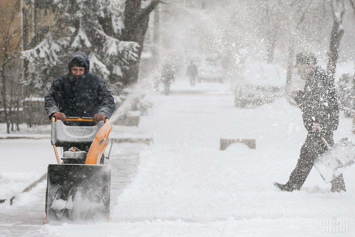 С ночи в Киеве убирают снег 364 единицы техники / фото УНИАН