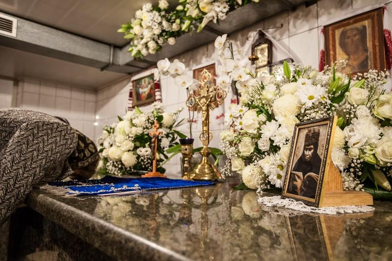 К усыпальнице монахини Алипии, как обычно бывает и в другие поминальные дни, выстроилась длинная очередь / goloseevo.com.ua