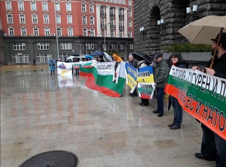В Болгарии протестовали против незаконных выборов в Крыму \ фото twitter.com/radiosvoboda
