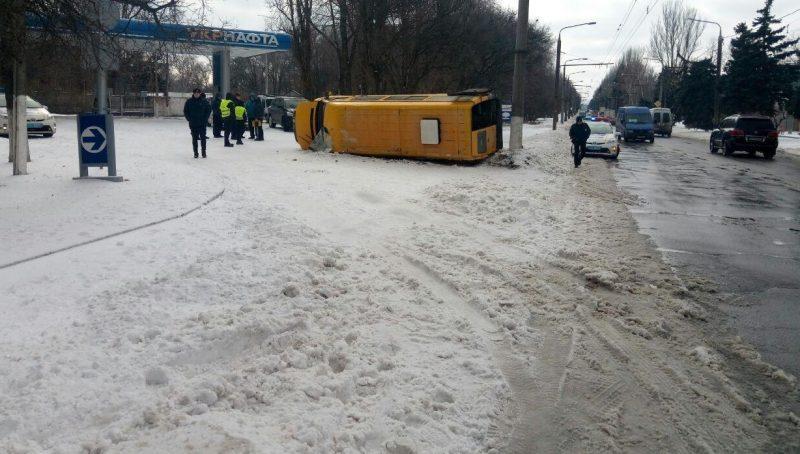 У Запоріжжі перекинулася маршрутка / фото iz.com.ua