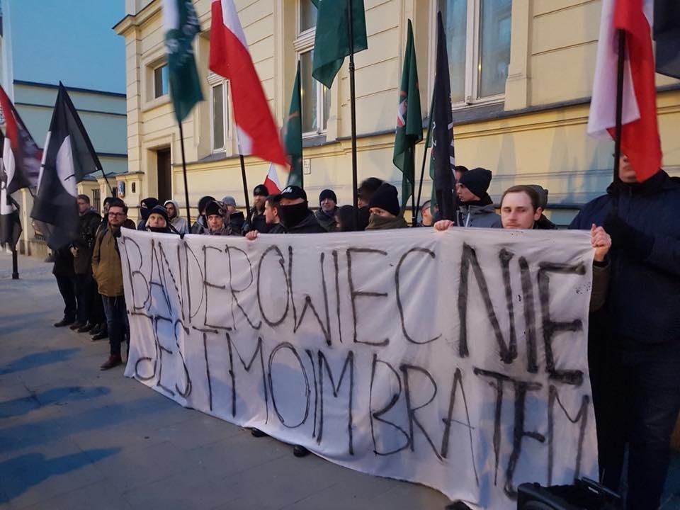 Польские националисты сожгли портреты Бандеры иШухевича упосольства Украины