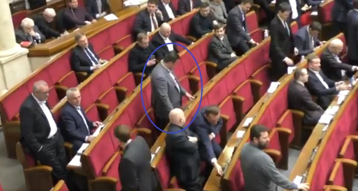 """Депутат голосував одразу за шістьох / Скріншот відео """"Рух Чесно"""""""
