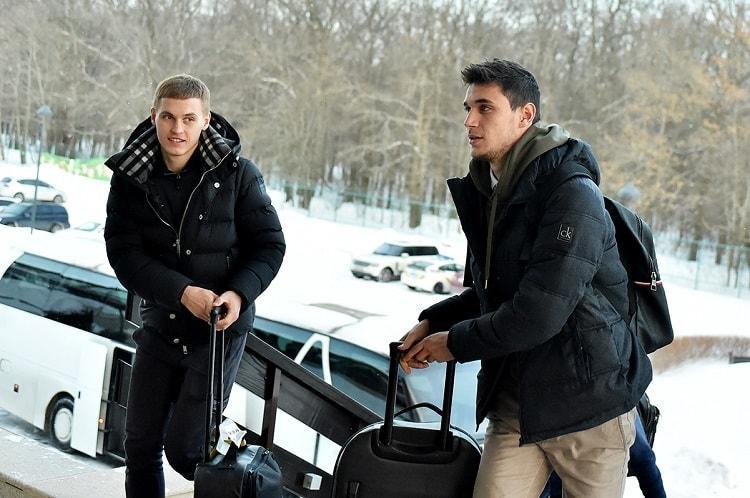 Роман Яремчук (слева) возвращается в расположение своей клубной команды / ffu.org.ua