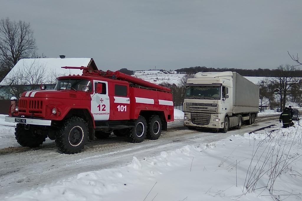 Прикарпатські рятувальники знову витягували автомобілі зі снігових заметів