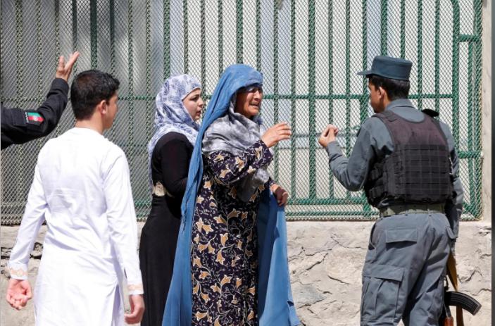 Фото: Женщины ищут родственников после терракта в Кабуле/ reuters.com