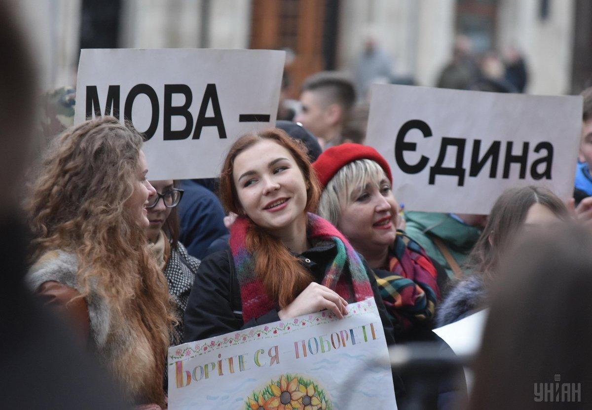 63% опрошенных считают, что украинский язык должен быть единственным государственным / фото УНИАН