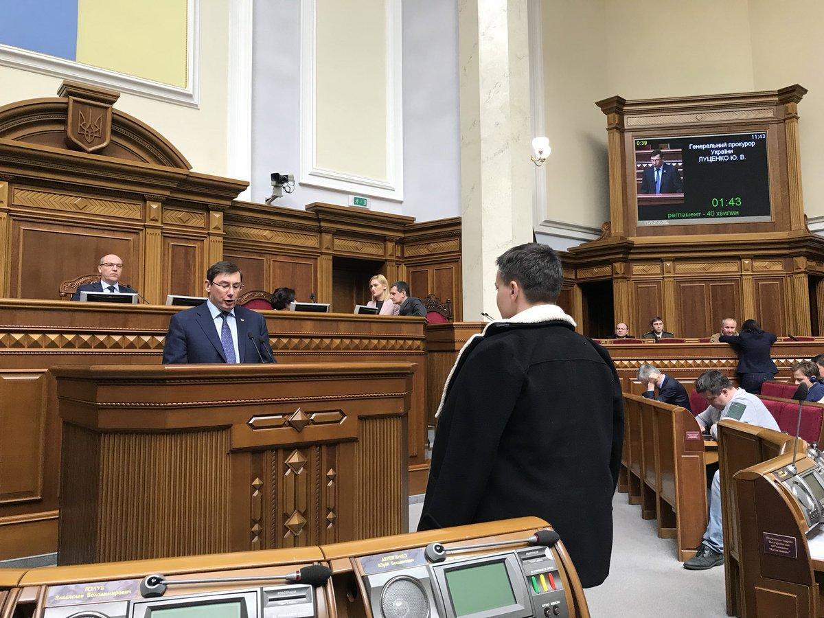 """Савченко """"гипнотизирует"""" Луценко / фото twitter.com/Leshchenkos"""
