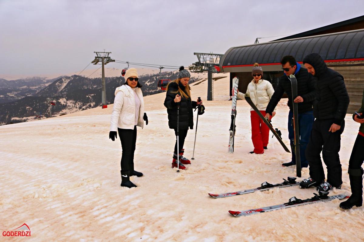 На гірськолижному курорті випав червоний сніг / фото Facebook.com/GoderdziResorts