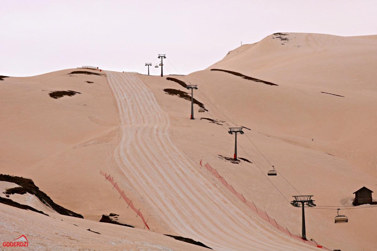 Помаранчевий сніг випав на гірськолижному курорті Годердзі / фото Facebook.com/GoderdziResorts