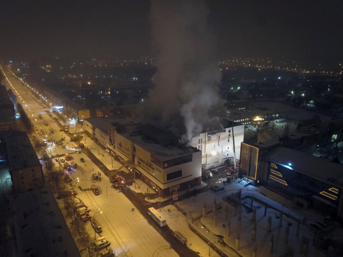 "ТЦ ""Зимняя вишня"" в Кемерово во время пожара 25 марта / REUTERS"