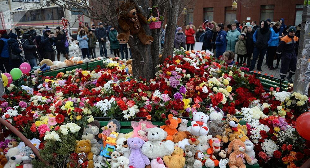 Местные жители несут цветы и игрушки на место трагедии / sputniknews.kz