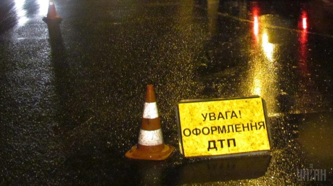 На Прикарпатті автомобіль збив чоловіка і його 3-річного сина, які йшли тротуаром