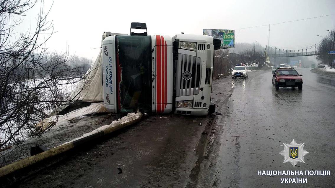 В результате ДТП перевернулся грузовик / фото facebook.com/police.kharkov