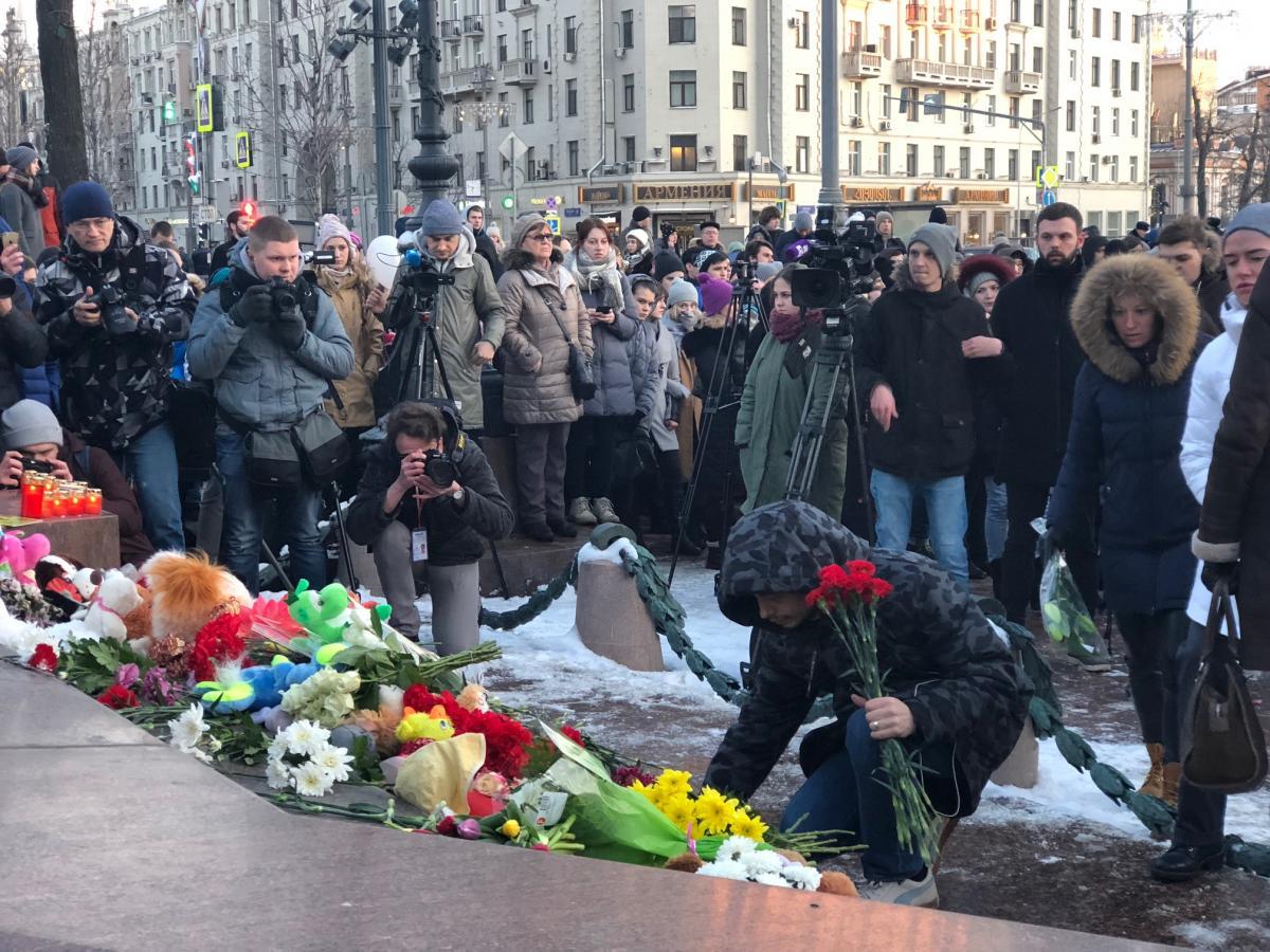 НаПушкинской площади проходит стихийная акция впамять опогибших