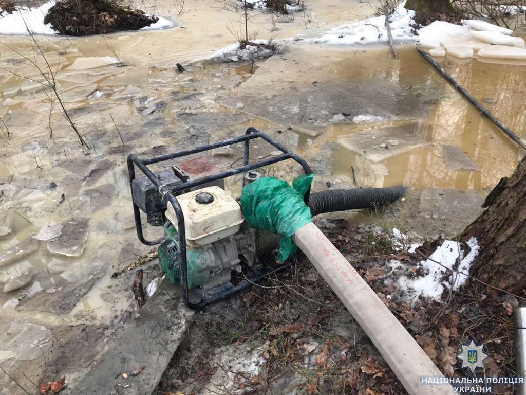 Из нелегальной шахты правоохранители изъяли автомобиль УАЗ, мотопомпу, 2 пожарных рукава, водозаборник / фото zt.npu.gov.ua