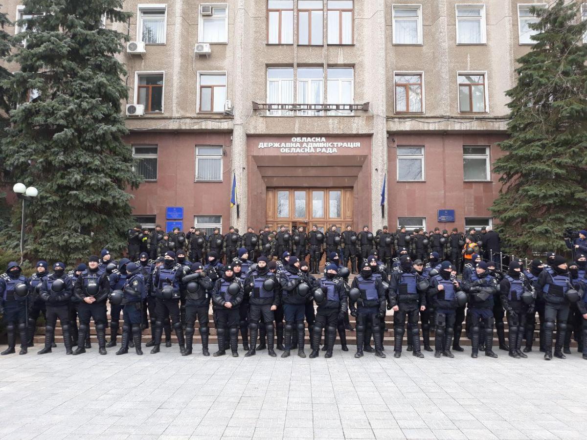 Правоохранители у здания Николаевской ОГА 29 марта / фото: t.me/ACRains