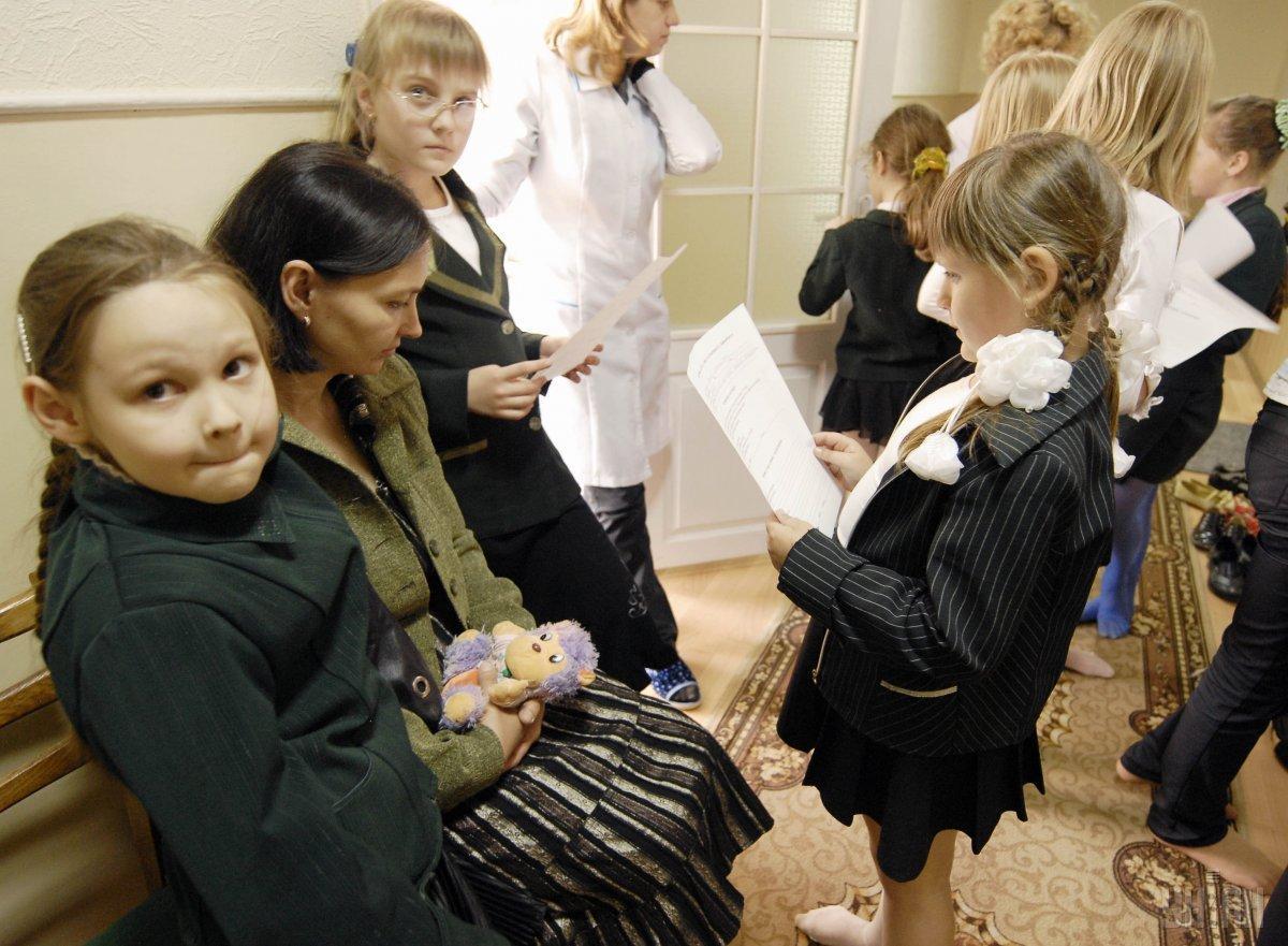 В нових реаліях карантинного життя батьків до школи не пускатимуть / фото УНІАН