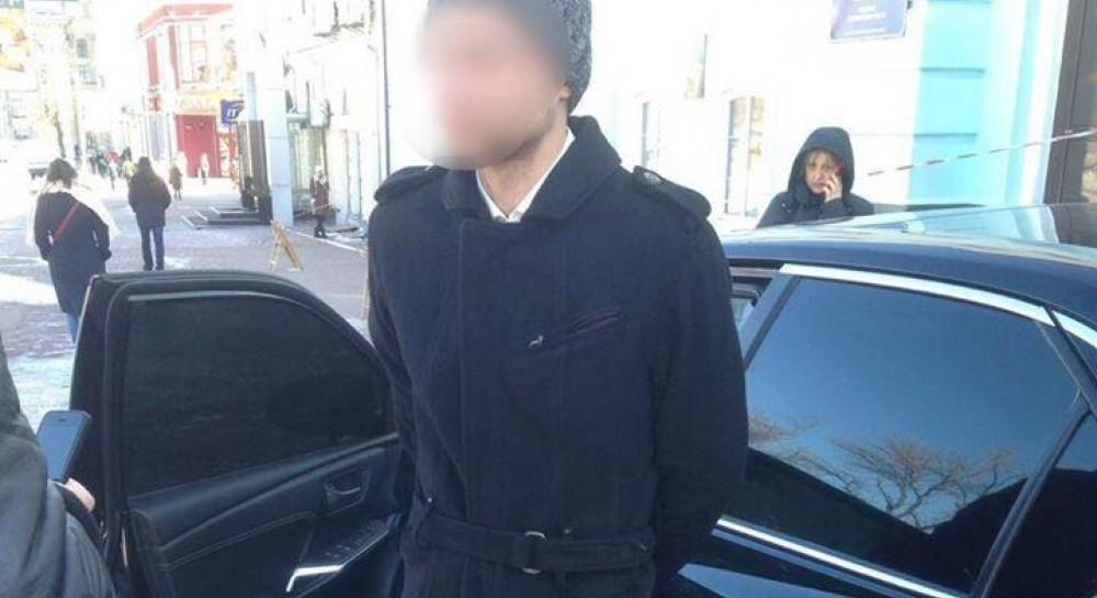 У Києві 25-річний чоловік провіз на капоті патрульного після невдалої  спроби обміняти підроблені долари (7.44 26) 6e87dafdae35b