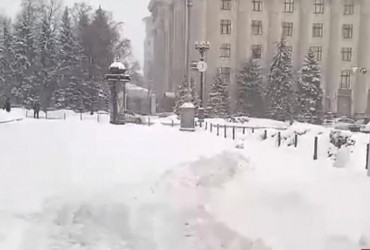 В Харькове из-за нерасчищенного снега образуются заторы