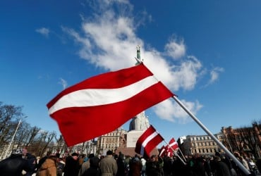 """Принцип """"два и два"""", запреты и штрафы: в Латвии ужесточили меры по борьбе с коронавирусом"""