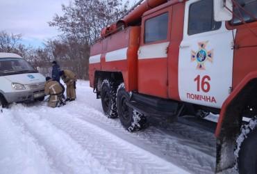 В Кировоградской области спасатели освободили четыре автомобиля из снежных заносов