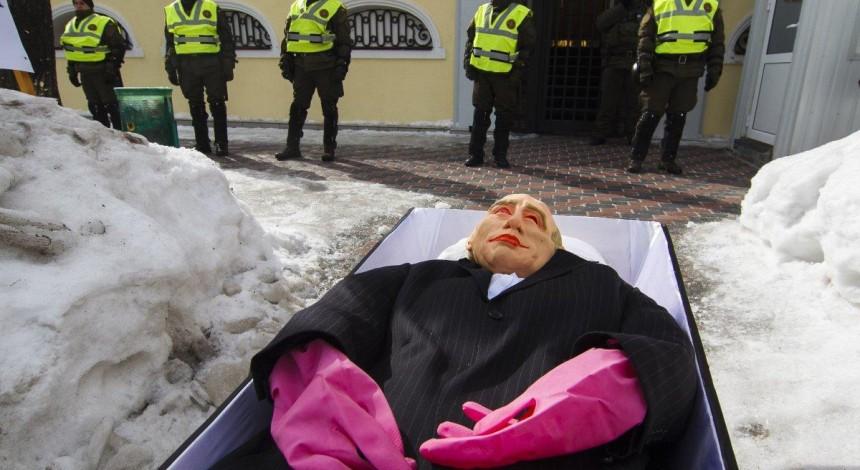 К Генконсульству РФ в Харькове принесли чучело Путина, возле дипучреждения усилены меры безопасности (фоторепортаж)
