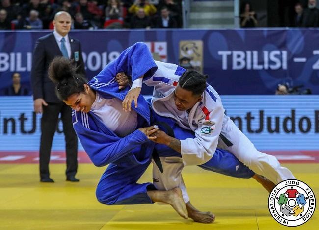 Анастасія Турчин (ліворуч) завоювала срібло на турнірі Гран-прі з дзюдо у Тбілісі / IJF
