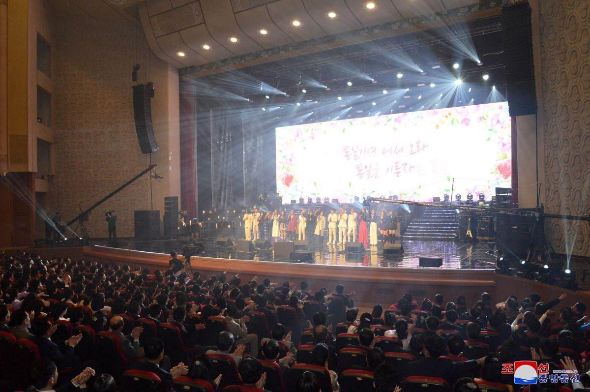 Концерт артистов из Южной Кореи / REUTERS