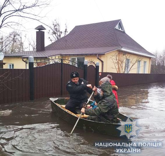 Полиция из подтопленных жилищ собирает людей, кто не смог самостоятельно покинуть район бедствия / фото npu.gov.ua