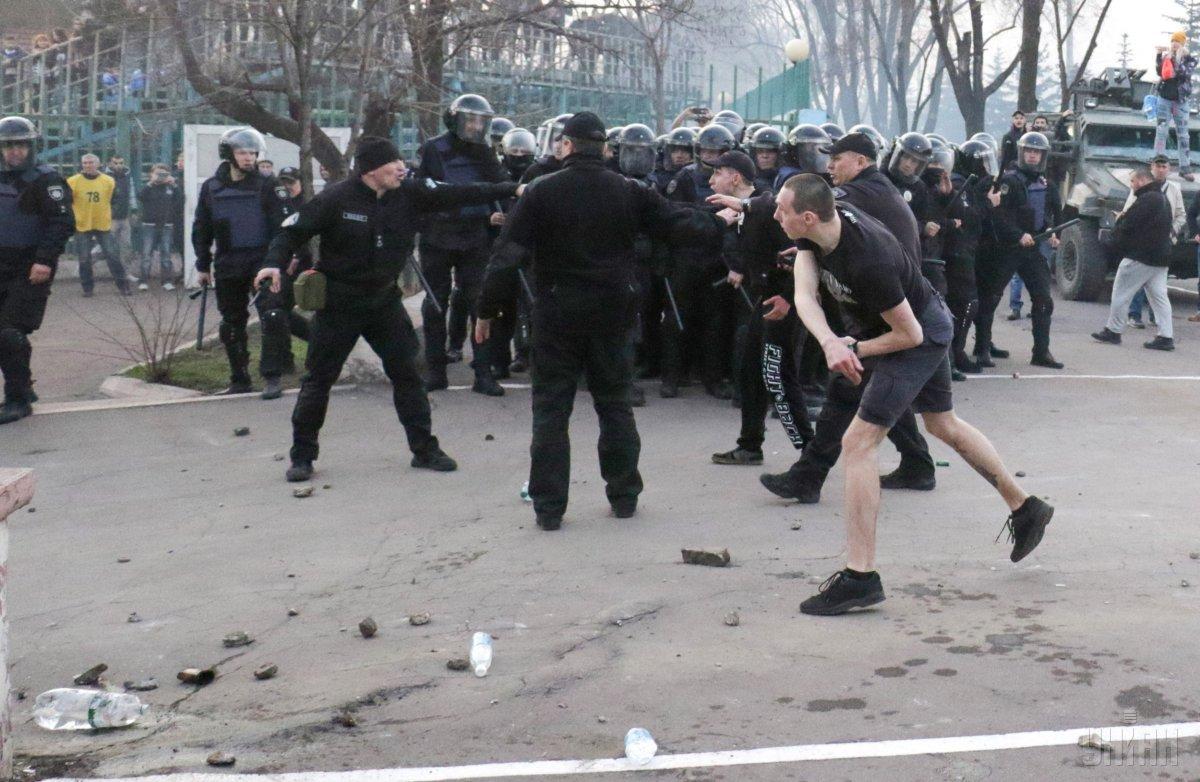 в результате массовой драки несколько человек получили ранения / УНИАН