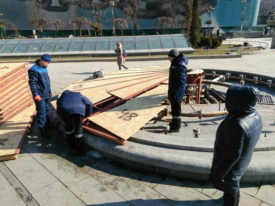 """Зараз йде процес розконсервації фонтана """"Великий"""" і шести """"Малих"""" на Майдані Незалежності / фото kyivvodfond.com.ua"""