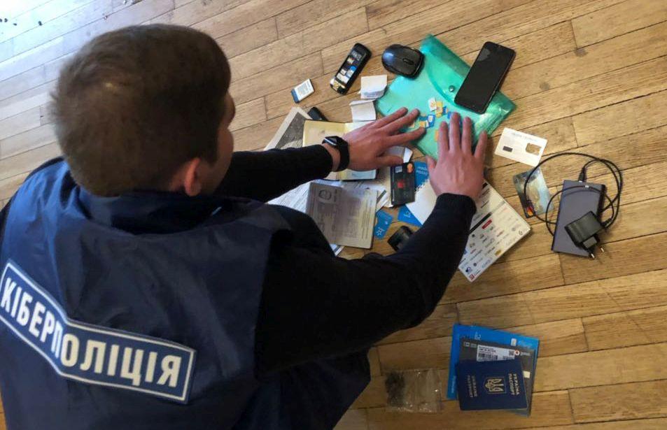 Оперативники из киберполиции провели санкционированный обыск по месту жительства хакера / фото npu.gov.ua