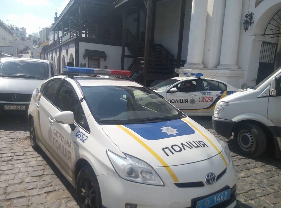 Националисты пришли вЛавру впоисках вооюющих наДонбассе сепаратистов