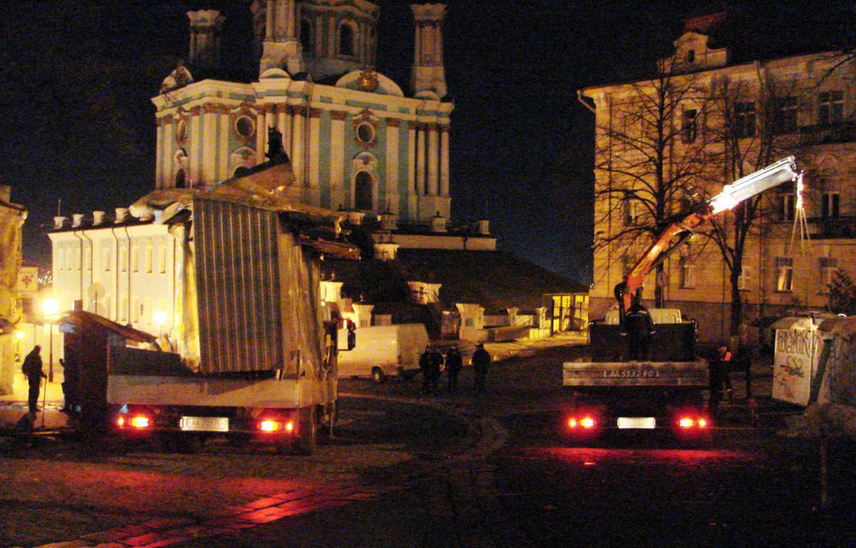 КП «Киевблагоустройство» проводит демонтаж ряда незаконных сооружений / kyivcity.gov.ua