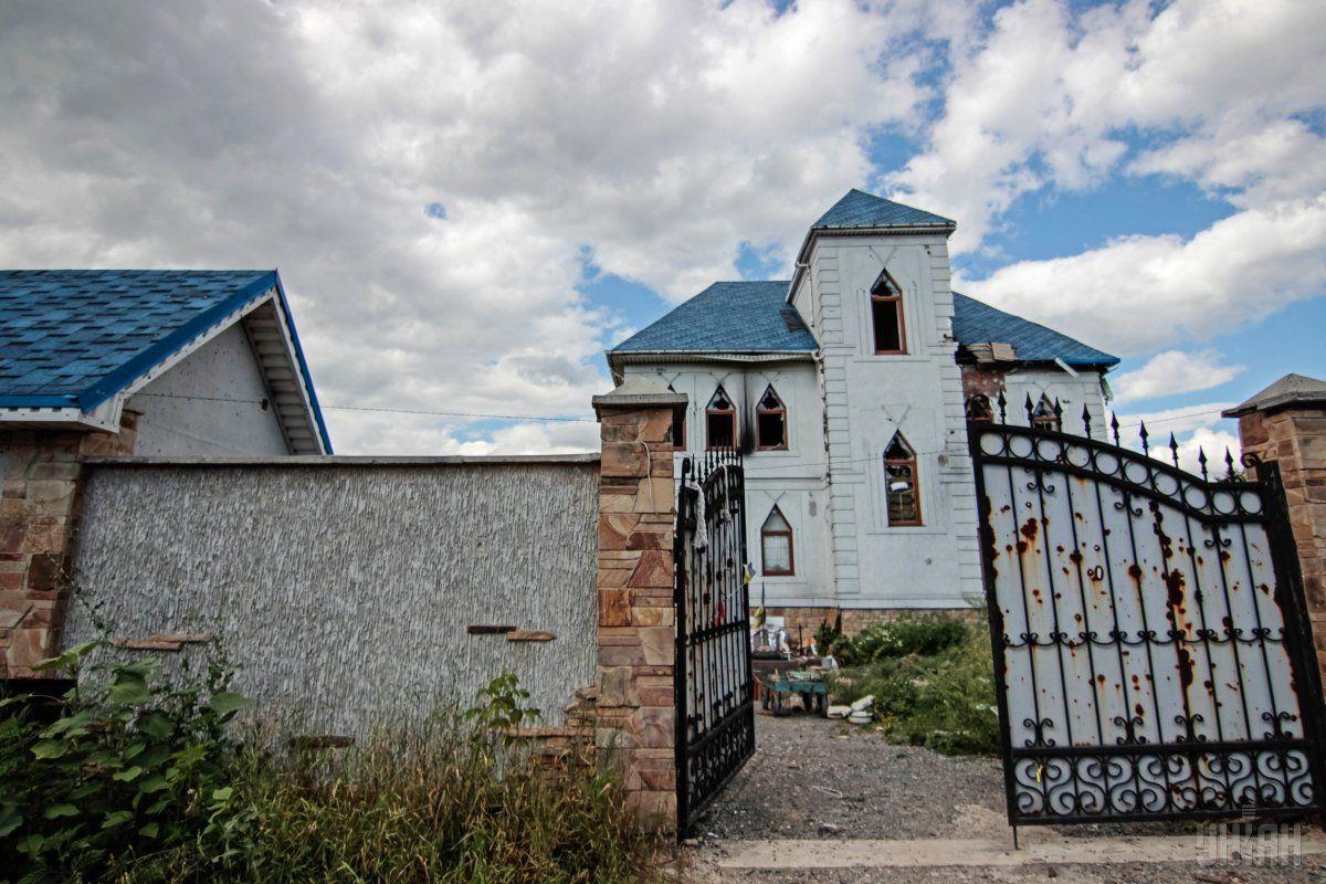 Разрушенный жилой дом в зоне проведения АТО в селе Пески Донецкой области / фото УНИАН