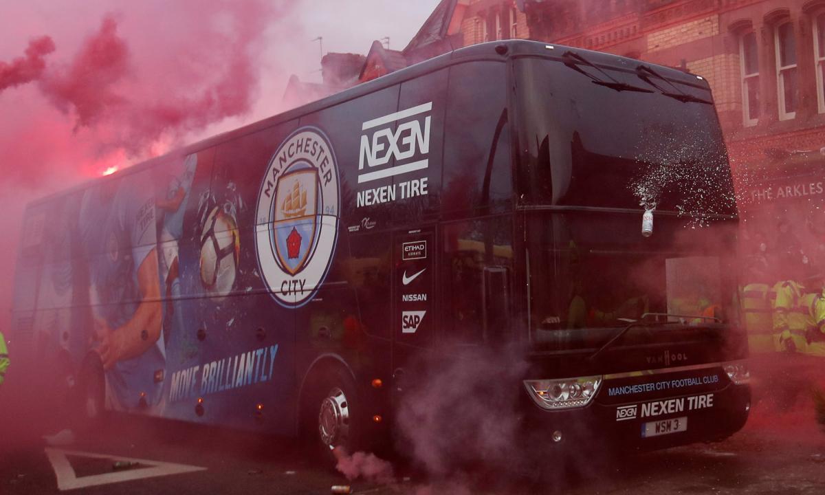 """Клубный автобус """"Манчестер Сити"""" был атакован болельщиками """"Ливерпуля"""" / REUTERS"""
