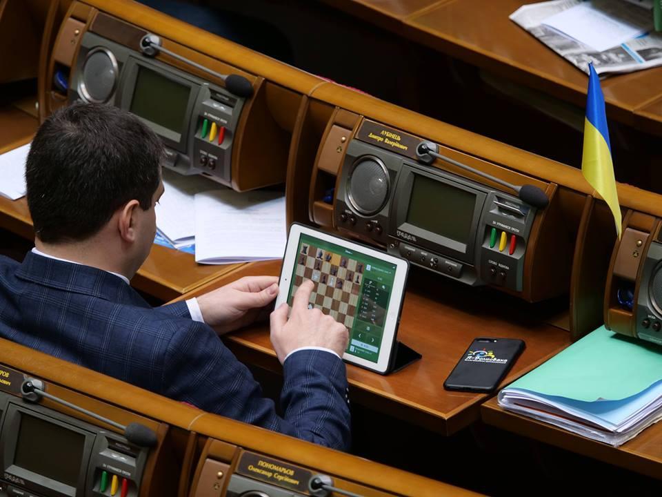 """Нардеп во время заседания ВР / Общественное движение """"Честно"""", Facebook"""