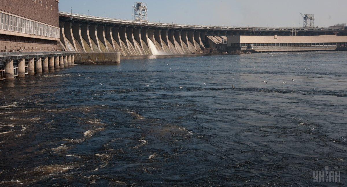 Плотина ДнепроГЭСа связывет правый и левый берег Днепра / фото УНИАН