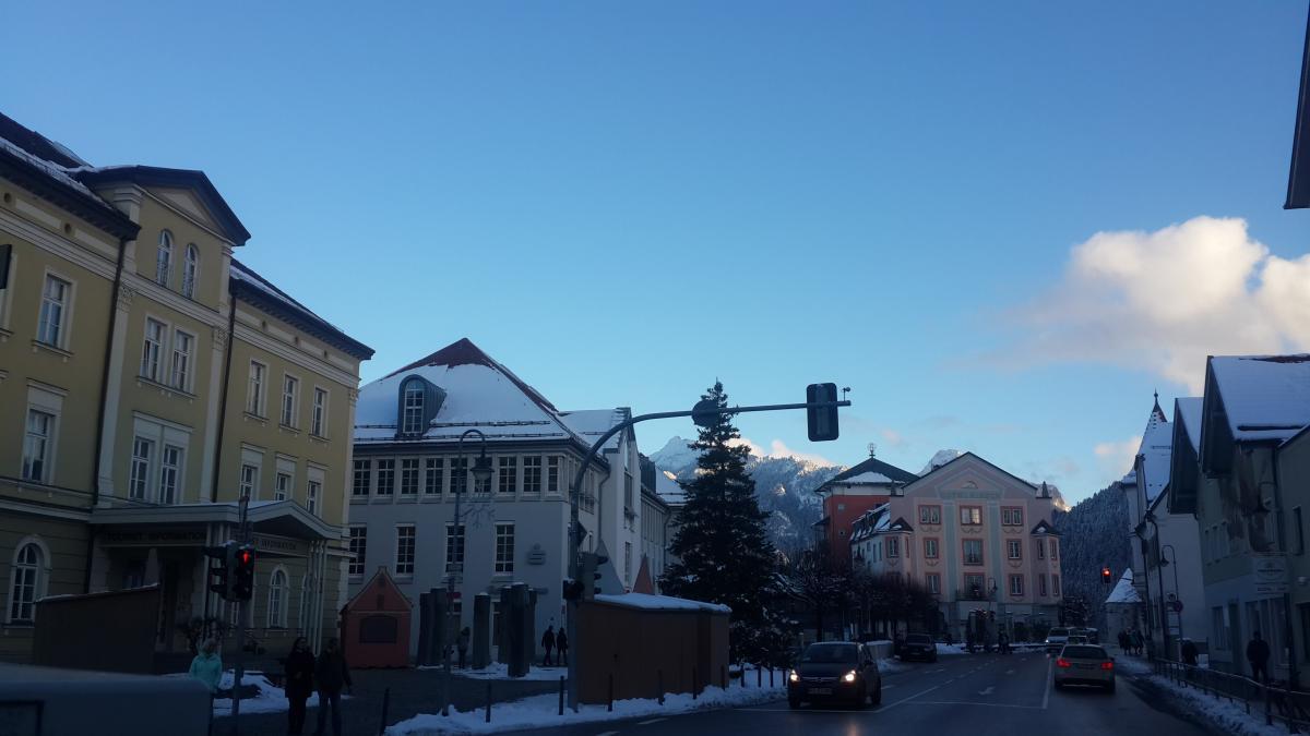 Туристический центр в Фюссене - желтое здание слева / фото Марина Григоренко