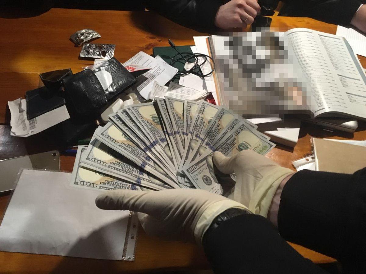 Злоумышленника задержали во время получения очередной части взятки в размере 4,6 тыс. долларов / фото ssu.gov.ua