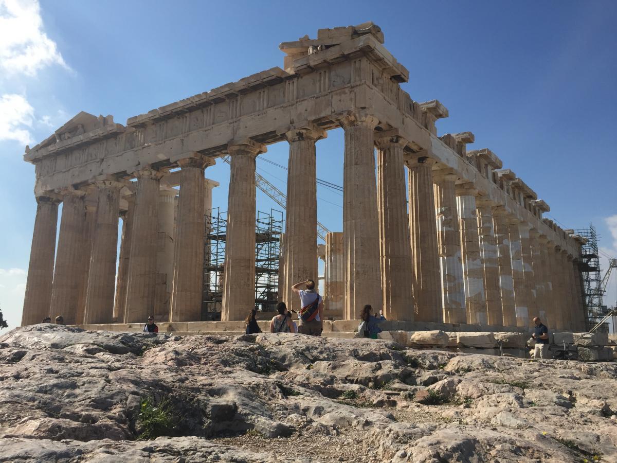 С какой бы стороны турист не смотрел на Парфенон, храм кажется прямолинейным, но на самом деле это не так / фото Маргарита Андреева